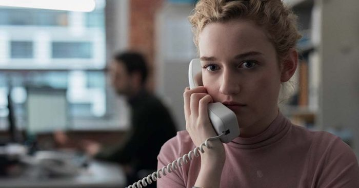 the-assistant-la-asistente-01-Julia-garner